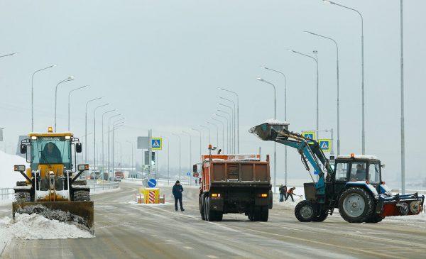 Трассы Волгоградской области обрабатывают противогололедными материалами