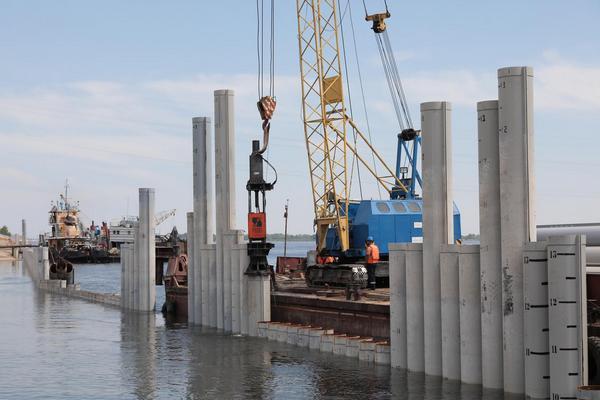 В Волгограде укрепляют берег для продолжения рокадной дороги