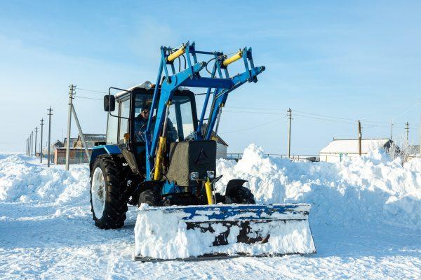 Волгоградские трассы от снега расчищают 140 единиц техники